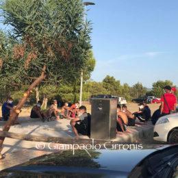 Clamoroso sbarco di una trentina migranti a Porto Pino, piena di bagnanti. Prima sono arrivati in 19, poco fa un'altra decina, tra i quali una donna