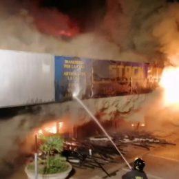 In fiamme un capannone di 1.000 metri quadri in viale Elmas, a Cagliari, i vigili del fuoco sono impegnati dalla mezzanotte nelle operazioni di spegnimento