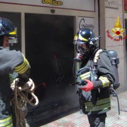 A Cagliari i vigili del fuoco sono intervenuti in un supermercato per spegnere le fiamme sprigionatesi da un frigorifero