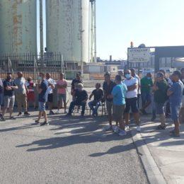 Sit-in, questa mattina, a Portovesme, davanti ai cancelli dello stabilimento Sider Alloys, ex Alcoa