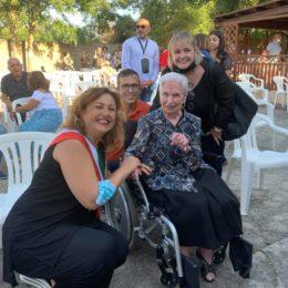 La comunità di Bacu Abis è in festa per i 100 anni di Elvira Gaviano, vedova Macrì