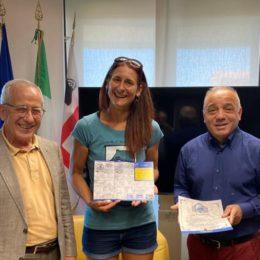 L'assessore del Turismo Gianni Chessa ha consegnato il Testimonium alla pellegrina fiorentina che ha percorso quasi 200 km del CMSB