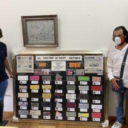 """L'OPI Carbonia Iglesias ha donato un quadro al comune di Sant'Antioco per celebrare le 18mila mascherine confezionate dalle sarte """"Mani D'Oro"""""""