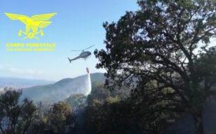 Un elicottero del Corpo forestale della base di Marganai sta intervenendo su un incendio nelle campagne di Santadi, in località M.te Pau