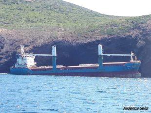 Prove tecniche di rimozione del mercantile incagliato sulla costa di Sant'Antioco, a breve l'inizio della demolizione – di Federica Selis