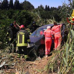 Esce di strada tra Decimomannu e San Sperate con la sua auto e viene salvato dai vigili del fuoco