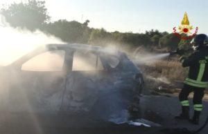 I vigili del fuoco di Iglesias sono intervenuti per spegnere l'incendio di un'auto in sosta a bordo strada sulla SP 1 in direzione Uta