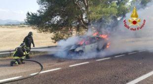 I vigili del fuoco di Iglesias sono intervenuti sulla SS 130, all'altezza di Siliqua, per spegnere l'incendio di un'auto in transito