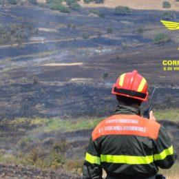 Un elicottero del Corpo forestale proveniente dalla base di Marganai sta intervenendo su un incendio nelle campagne di San Giovanni Suergiu, in località Is Pitzus