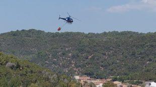 Fiamme sul Monte Rosmarino, a Carbonia, sul posto un elicottero del Corpo forestale della base di Marganai