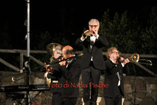 """Grande esordio della rassegna """"Notti a Monte Sirai"""" con lo spettacolo della Banda Osiris """"40 anni suonati e le dolenti note"""""""
