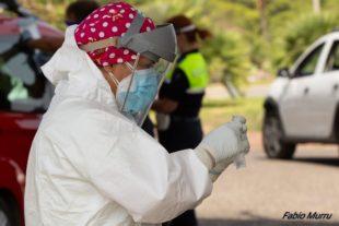 Anche tanti volontari tra i cittadini che stamane hanno effettuato il tampone per il Covid-19 a Sant'Antioco – di Federica Selis