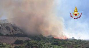 Un elicottero della base di Marganai sta intervenendo su un incendio nelle campagne di Iglesias, in località Palmieri