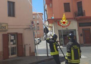 Incendio della canna fumaria della cucina di un'osteria a Iglesias, i vigili del fuoco spengono le fiamme e mettono in sicurezza la struttura