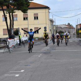 Emiliano Murtas si impone sul traguardo di Pabillonis nella terza tappa del 21° Giro delle Miniere