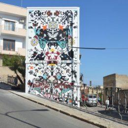 Street art sulla cabina elettrica di E-Distribuzione a Sant'Antioco. Originale opera di Giorgio Casu