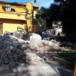 Stamane ha preso avvio la demolizione di alcuni torrini raccogli acque nel territorio di San Giovanni Suergiu