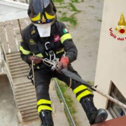 Iglesias: una donna cade nella sua abitazione con la porta chiusa a chiave dall'interno, intervengono i vigili del fuoco