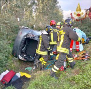 Una donna perde il controllo della propria auto e finisce in un canalone sulla Pedemontana, soccorsa dai vigili del fuoco e dal 118